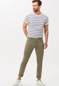 BRAX - STYLE CHUCK - Straight leg jeans - khaki - 1