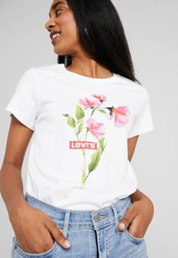 Levi's® - THE PERFECT TEE - Print T-shirt - pink/white - 4