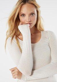 Intimissimi - LANGARMSHIRT AUS CASHMERE ULTRALIGHT - Long sleeved top - vaniglia - 2