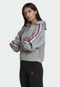 adidas Originals - ADICOLOR ORIGINALS LOOSE SWEATSHIRT HOODIE - Luvtröja - grey - 2