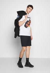 Chi Modu - SHOOK ONES - Print T-shirt - white / black - 1