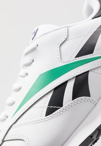 Reebok Classic - VECTOR LEATHER SHOES - Trainers - white/black/emerald - 5