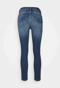 ONLY Petite - ONLPOWER MID PUSH UP DESTROY - Jeans Skinny Fit - medium blue denim - 6