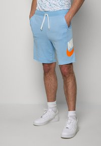 Nike Sportswear - M NSW HE FT ALUMNI - Shorts - psychic blue/sail - 0