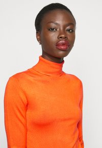 Dorothy Perkins Tall - PEARL BUTTON CUFF ROLL NECK - Jumper - orange - 3