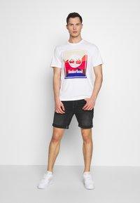 Timberland - KENNEBEC RIVER HORIZON GRAPHIC TEE - T-shirt med print - white - 1