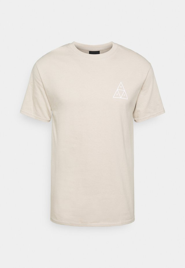 ESSENTIALS TEE - Print T-shirt - camel