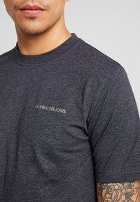 Calvin Klein Jeans - CORE EMBRO TEE - Jednoduché triko - black - 5
