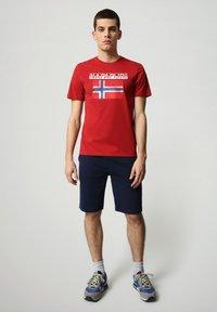 Napapijri - S-SURF FLAG - Print T-shirt - old red - 1
