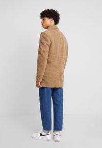 Anerkjendt - AKSAL JACKET - Classic coat - dijon - 2