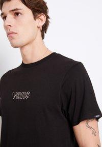 Vans - MN SIXTY SIXERS - Print T-shirt - black - 5