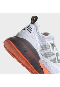 adidas Originals - ZX 2K UNISEX - Matalavartiset tennarit - ftwr white/silver met./core black - 7