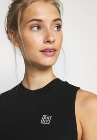 DKNY - CUT OFF LOGOMOCK NECK TEE - Print T-shirt - black