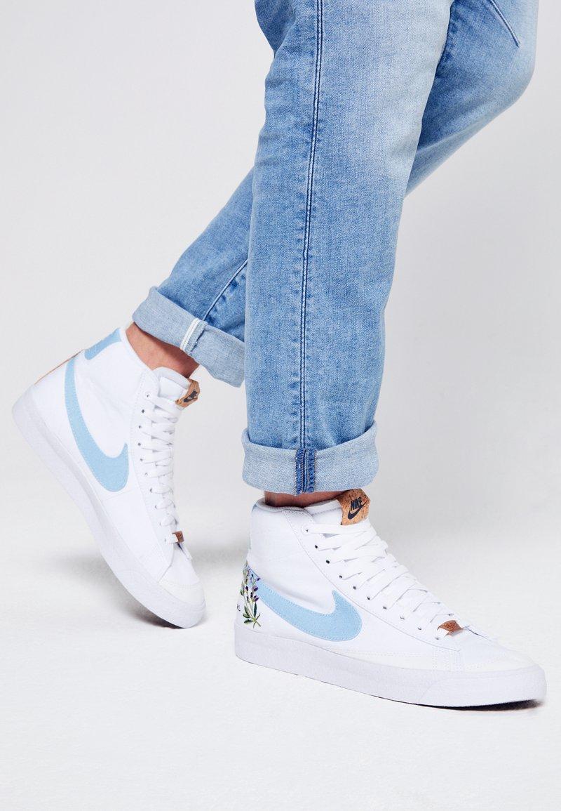Nike Sportswear - BLAZER MID '77 UNISEX - Zapatillas altas - white/obsidian/volt