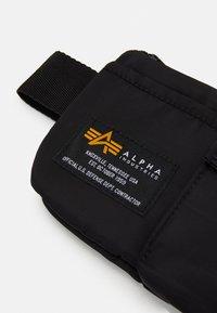 Alpha Industries - CREW UTILITY BAG UNISEX - Bum bag - black - 4