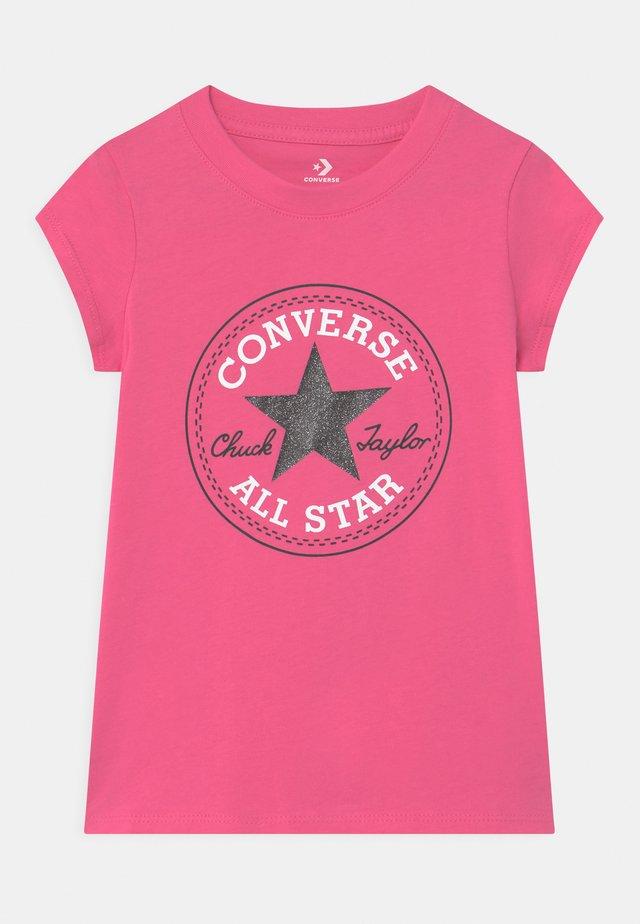 CHUCK PATCH  - T-shirts med print - mod pink