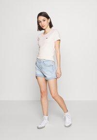 Levi's® - BABY TEE - T-shirt imprimé - peach blush - 1