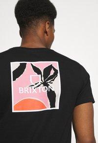 Brixton - ALPHA SQUARE SUNSET - T-shirt imprimé - black - 4
