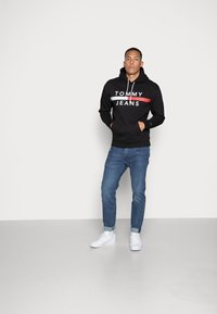 Tommy Jeans - REFLECTIVE FLAG HOODIE - Huppari - tommy black - 1