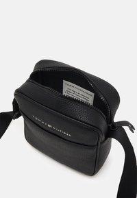 Tommy Hilfiger - ESSENTIAL MINI REPORTER - Across body bag - black - 2