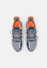 adidas Originals - U_PATH RUN UNISEX - Sneakersy niskie - grey three/footwear white/blue oxide - 3