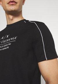 Armani Exchange - T-shirt con stampa - black - 6