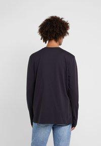Tonsure - DAVID - Langærmede T-shirts - dark navy/orange teddy - 2