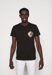 Versace Jeans Couture - T-shirt z nadrukiem - black / gold - 0