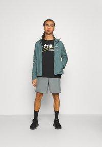 Nike Performance - RUN SHORT - Short de sport - smoke grey - 1