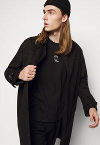 Neil Barrett - TRIPTYCH THUNDER EASY - Print T-shirt - black/white - 3