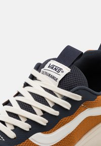 Vans - UA ULTRARANGE RAPIDWELD - Sneakers basse - india ink/pumpkin spice - 5