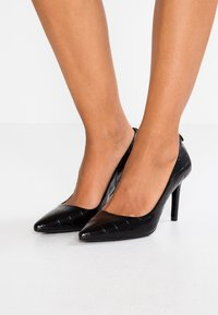 MICHAEL Michael Kors - DOROTHY FLEX - Klassiske pumps - black - 0