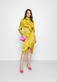 Who What Wear - DRAPED BOW MIDI DRESS - Cocktail dress / Party dress - mustard - 1