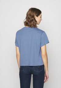 Levi's® - GRAPHIC VARSITY TEE - Print T-shirt - serif blue - 4
