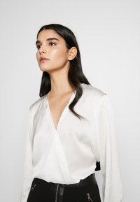 DKNY - BLOUSE WITH TWIST FRONT - Bluser - offwhite - 4