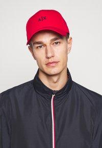 Armani Exchange - BASEBALL HAT - Pet - red/navy - 1