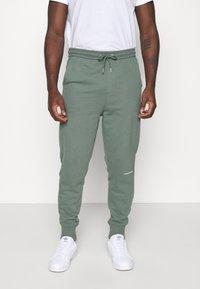Calvin Klein Jeans - MICRO BRANDING PANT - Pantaloni sportivi - duck green - 0