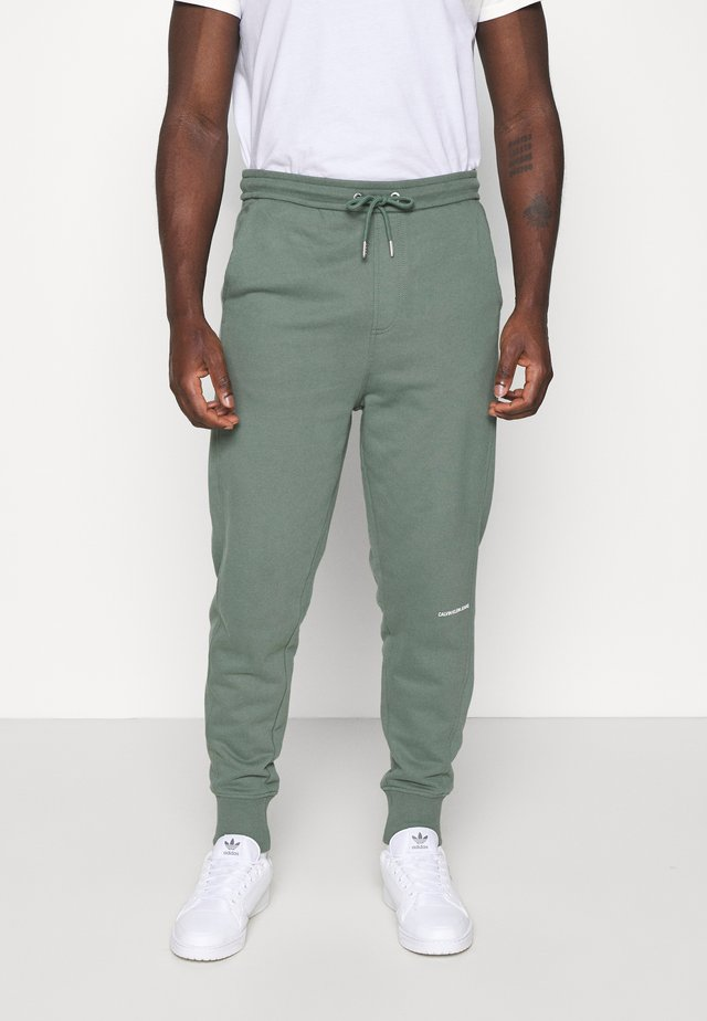 MICRO BRANDING PANT - Tracksuit bottoms - duck green