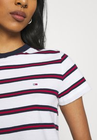Tommy Jeans - REGULAR CONTRAST BABY TEE - Print T-shirt - white - 4