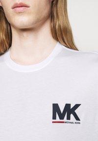 Michael Kors - SPORT LOGO TEE - Print T-shirt - white - 4