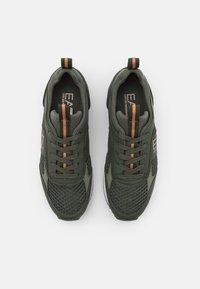 EA7 Emporio Armani - UNISEX - Sneakers laag - khaki - 3