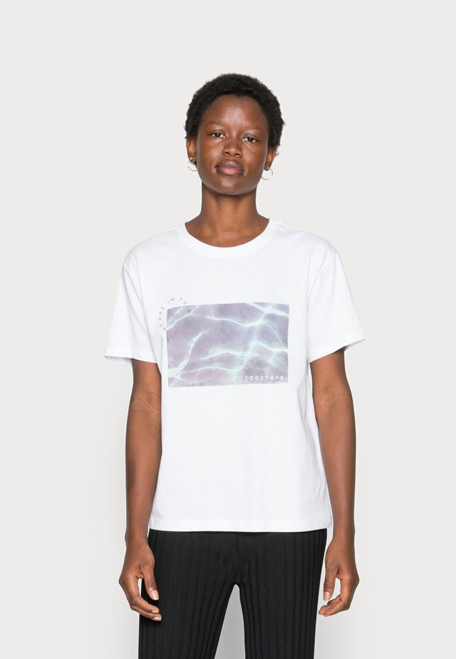 CLARE WATER PHOTO PRINT IN THIS TOGETHER TEE  - Print T-shirt - white
