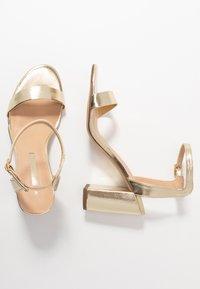 Dorothy Perkins - SHIMMER BLOCK HEEL - Sandaler med høye hæler - gold - 3