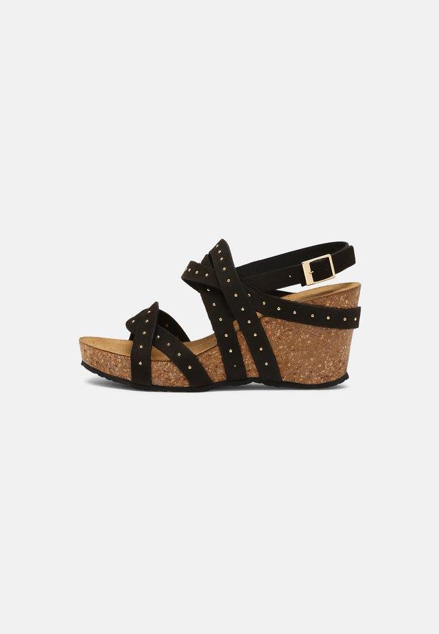 PLEASURE - Sandalen met sleehak - black