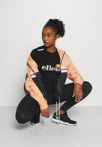 Ellesse - DELLE - Print T-shirt - black - 1