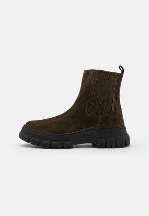 GENEPI - Kotníkové boty na platformě - khaki