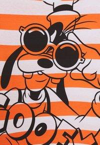 Benetton - T-shirt z nadrukiem - orange/off-white - 3