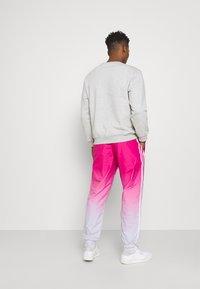 adidas Originals - 3D Turf OM TP ADICOLOR PRIMEBLUE ORIGINALS REGULAR TRACK PANTS - Tracksuit bottoms - halo blue/real magenta - 2