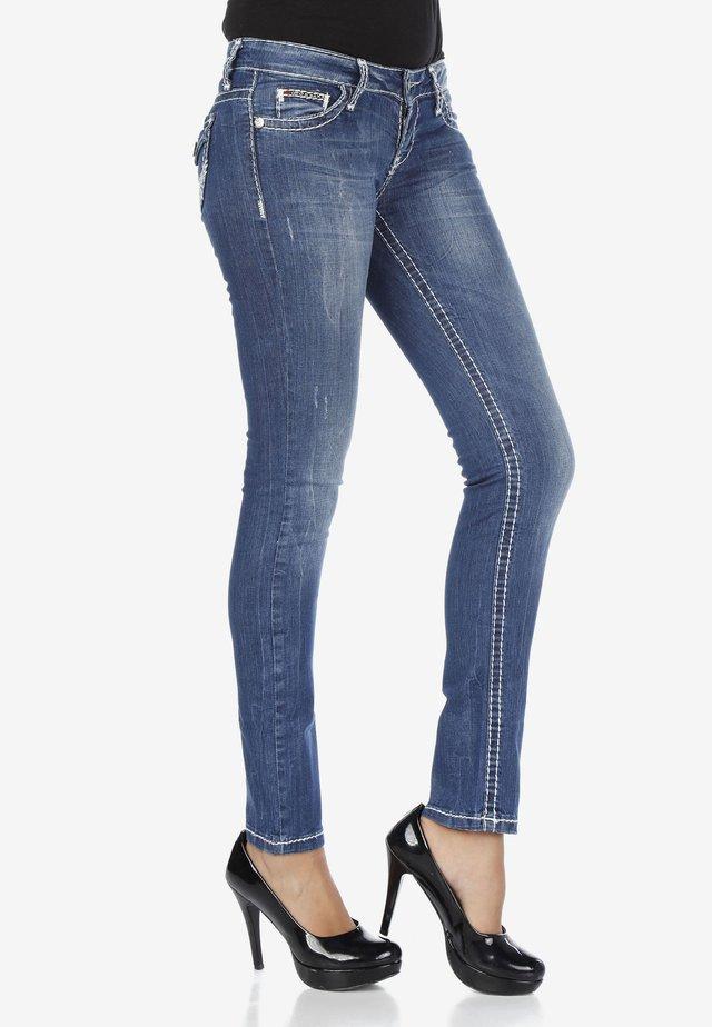 MIT TASCHEN DETAILS - Slim fit jeans - blue