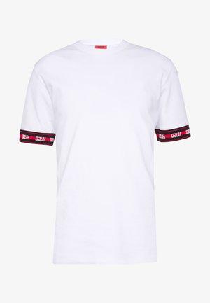 DERRA - T-shirt med print - white